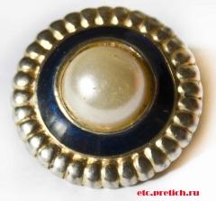 Пуговица - имитация жемчуга, в обрамлении золотом. Пластмасса