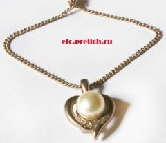 Кулон на цепочке - имитация жемчуга и золота. Металл и пластмасса, предположительно - сделано в Китае